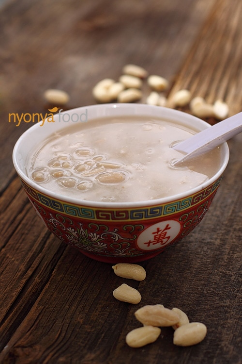 This is my home-made sweet peanut soup and the taste is exactly the same as the ones sold at Jelutong market. You need only a few ingredients: peanuts, water, and rock sugar. That's all. | rasamalaysia.com
