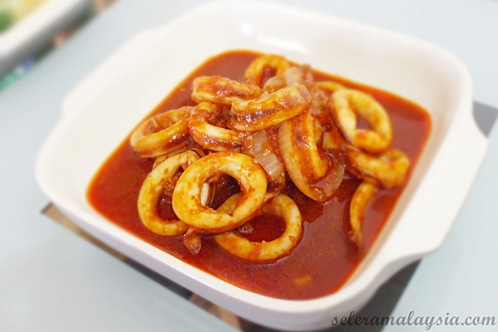 Sambal Tumis Sotong (Squid Sambal) recipe - Sambal tumis sotong is a simply delicious dish, and it's easy to prepare. It can be served with boiled rice and selections of Chinese Greens such as bok choy, kailan/gailan and others.   rasamalaysia.com