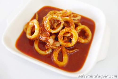 Sambal Tumis Sotong (Squid Sambal) recipe - Sambal tumis sotong is a simply delicious dish, and it's easy to prepare. It can be served with boiled rice and selections of Chinese Greens such as bok choy, kailan/gailan and others. | rasamalaysia.com