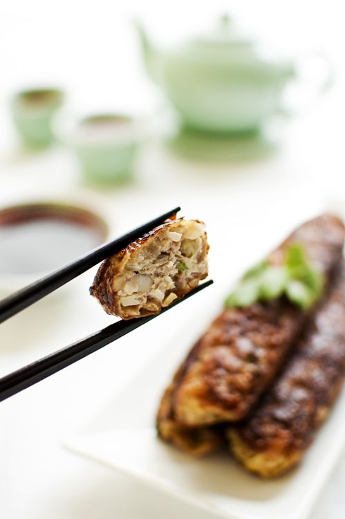 Ngoh Hiang is the Singaporean version of five-spice pork rolls wrapped with beancurd skin. This simple ngoh hiang recipe is great as an entree or appetizer. | rasamalaysia.com