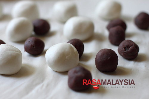 Red bean dumpling (红豆汤圆) – The red bean paste is encased in sticky rice balls, boiled, and then served in ginger syrup. It's a wonderfully refreshing dessert that anyone can make. | rasamalaysia.com
