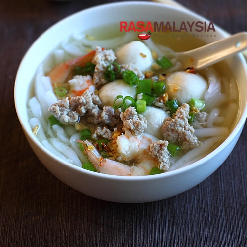 Rice Noodle Soup (Bee Thai Bak) recipe - I personally am a big fan of Bee Thai Bak, which is QQ (springy) and easy to eat (not much chewing needed!). | rasamalaysia.com