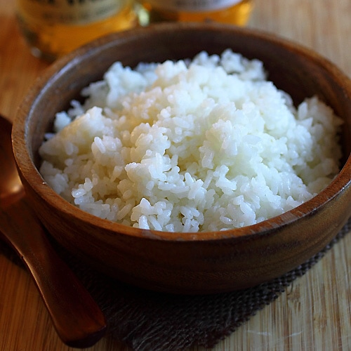 Learn how to make sushi rice with this easy sushi rice recipe. Sushi rice can be made easily with Mizkan rice vinegar or Mizkan sushi seasoning at home. | rasamalaysia.com