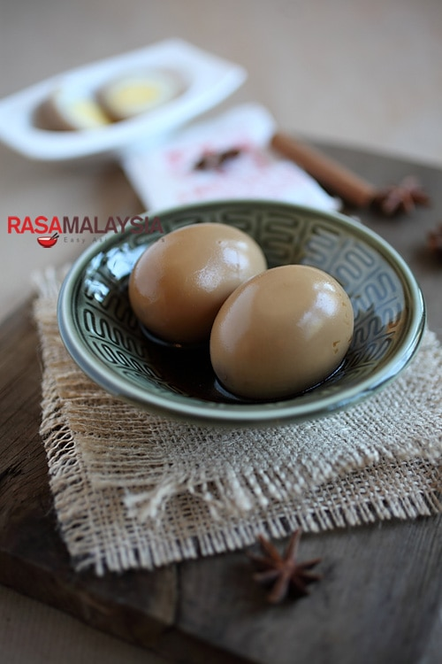 Chinese Braised Soy Sauce Eggs (滷蛋): This is a super easy recipe, you can save the braising soy sauce stock (滷水汁) in the fridge and re-use it again to make the eggs or tofu (bean curd). | rasamalaysia.com