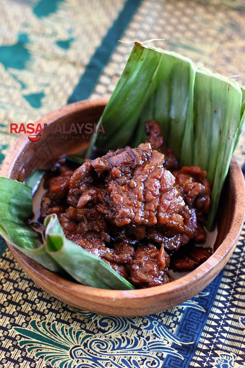 Daging Masak Kicap (Soy Sauce Beef): It takes only a few ingredients—a tender cut of beef, soy sauce, and sweet soy sauce. I use shallots as an aromatic but onion is equally fine. | rasamalaysia.com