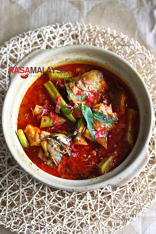 Curry Fish Head recipe - a mean pot of curry and goes very well with steamed white rice. | rasamalaysia.com