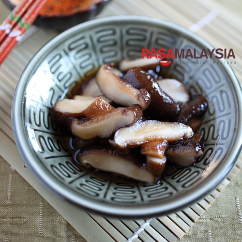 Braised Mushroom with Dashi recipe - I always make this Japanese-style braised mushrooms with dashi and mirin. The end result is a very simple side dish that is absolutely umamilicious.   rasamalaysia.com