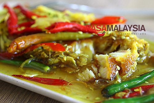 Nyonya Acar Fish recipe - This mouthwatering and super delicious fish, is a much celebrated Nyonya recipe. Everyone in my family loves this concoction of deep-fried fish pickled with a turmeric-vinegar base, spiced with garlic, ginger, and chilies. | rasamalaysia.com
