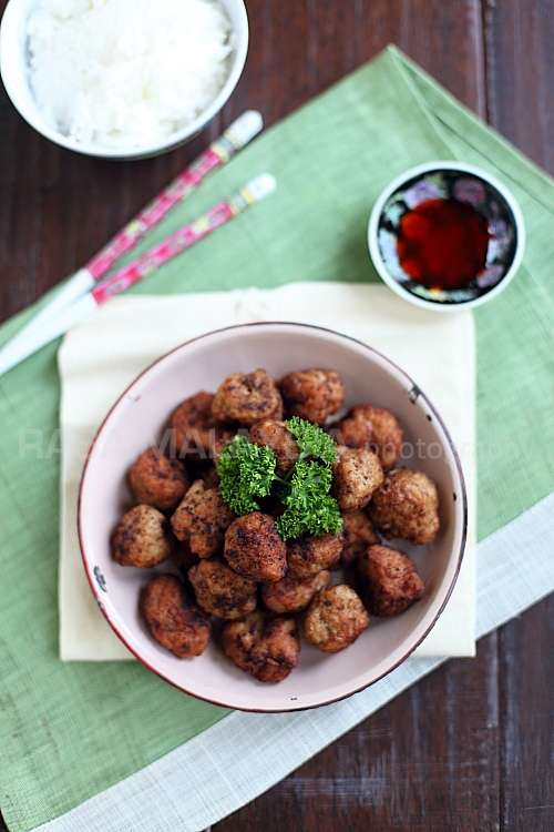 Everyone loves meatballs. This is a Chinese meatballs recipe where the meatballs are fried. Easy and delicious meatballs recipe that everyone will love. | rasamalaysia.com