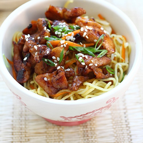 Chicken Noodles – Stir-fried chicken noodles with chicken and egg noodles. This easy chicken noodles recipe is delicious, easy to make, and perfect for weeknight dinner | rasamalaysia.com