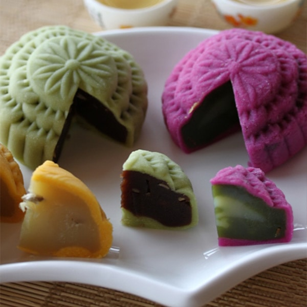 Snow skin mooncake or crystal mooncake is a non-baked mooncake with a soft and chewy texture. It is eaten chilled best eaten with a cup of hot Chinese tea. | rasamalaysia.com