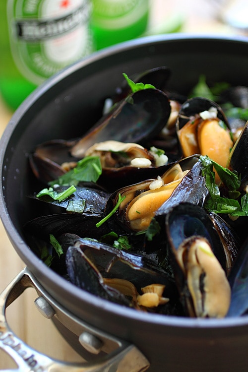 Easy and tasty steamed mussels in beer and garlic herb, ready to serve.