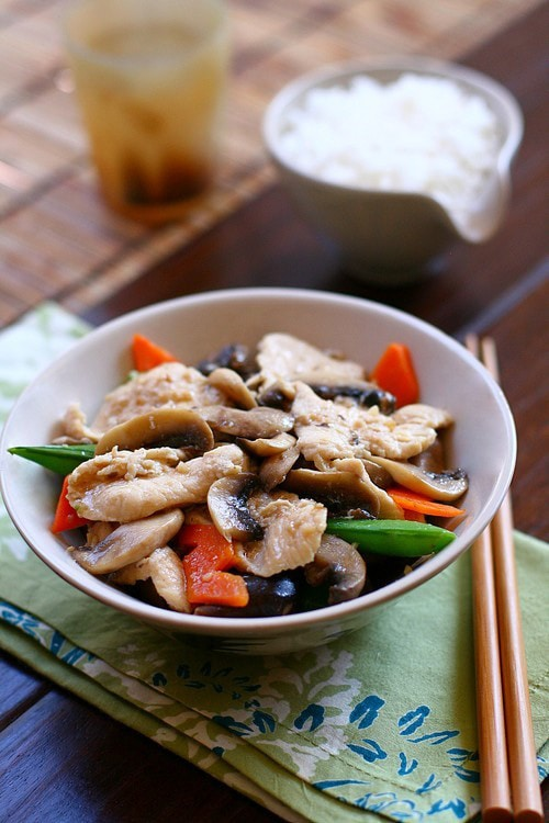 An easy Moo Goo Gai Pan recipe that you can make at home with chicken, mushroom and veggies. | rasamalaysia.com