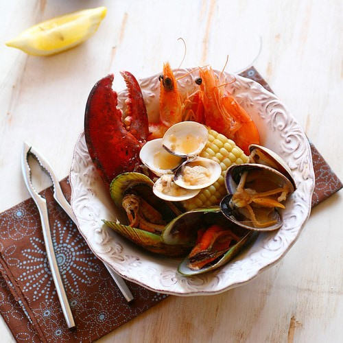 Clambake is a popular New England dish with various seafood in a briny buttery broth. Learn how to make clambake at the comfort of your home. | rasamalaysia.com