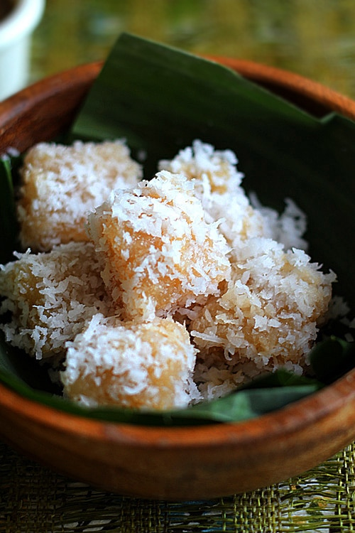 Cassava cake with shredded coconut. This recipe is a Malaysian kuih recipe. Sweet, dainty and tasty. This cassava cake is great with coffee. | rasamalaysia.com