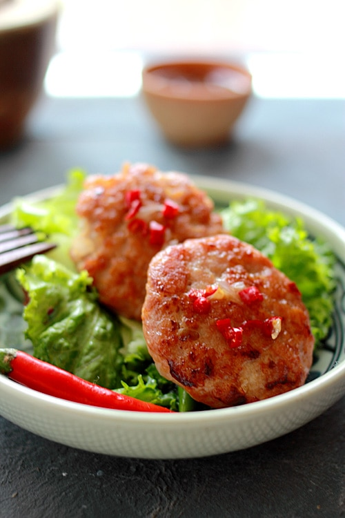 Chicken Sausage Lettuce Wraps - perfectly pan-fried chicken sausage patty wrapped with lettuce, so refreshing and yummy | rasamalaysia.com