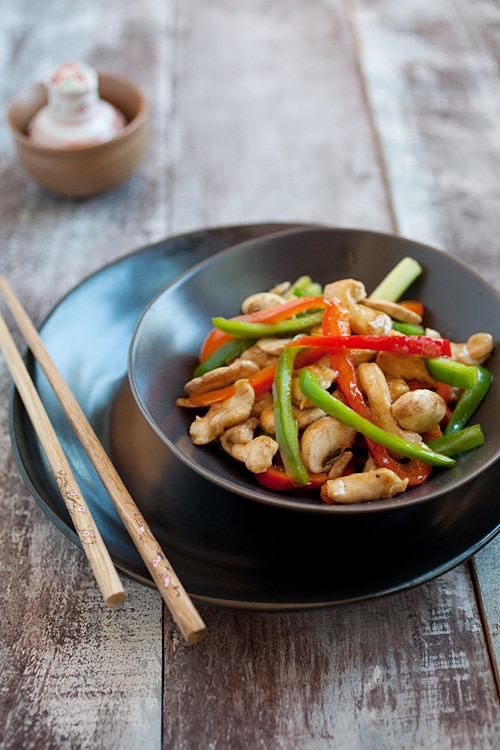 Easy and quick Chinese stir fry bell peppers chicken in Chinese brown sauce.