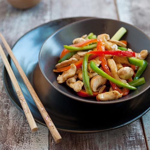 Bell Peppers Chicken Recipe. Quick, easy, and healthy chicken stir-fry with red and green bell peppers and a Chinese brown sauce. SUPER YUM! | rasamalaysia.com