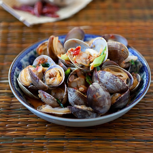 Chili Clams Recipe – The briny and sweet flavours of clams pair perfectly with the spicy chilli and bean sauce in this chili clams recipe. | rasamalaysia.com