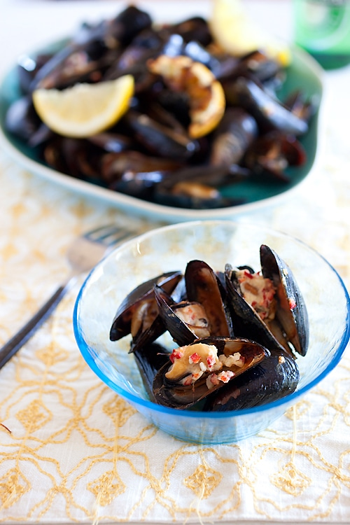 Easy and healthy lemongrass and coconut cream grilled mussels with beer.