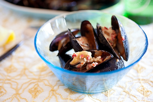 Easy and quick grilled mussels with beer and lemongrass recipe.