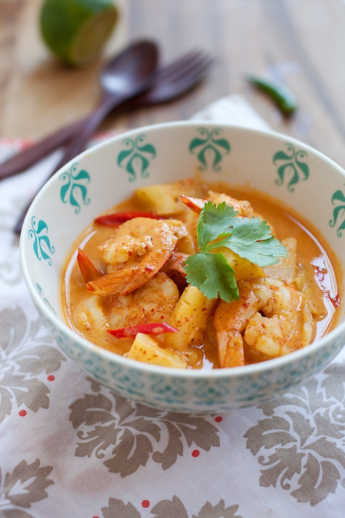 Thai Shrimp & Pineapple Curry - shrimp & pineapple are the best combos for this amazing and super delish curry. Takes 15 minutes to make | rasamalaysia.com