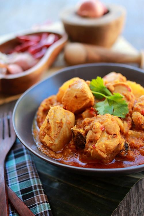 Devil's Curry is a Malaysian dish of chicken curry with vinegar. It's a special-occasion dish made popular by the Portuguese Eurasian in Malaysia. | rasamalaysia.com