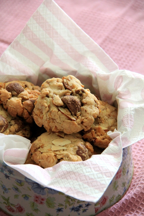 Crunchy, easy and delicious peanut and cornflakes cookies.