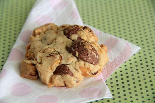 Easy and quick homemade peanut and cornflakes cookies ready to serve.