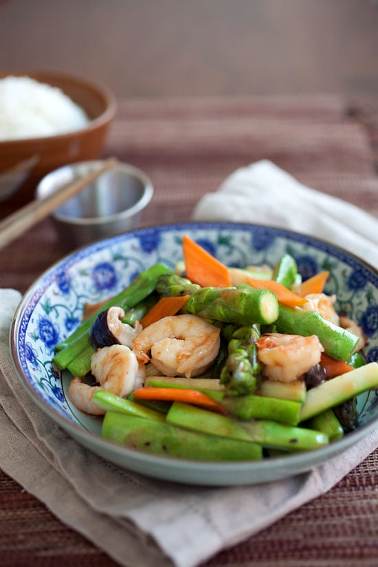 Asparagus with shrimp stir-fry. Easy and healthy Chinese asparagus dish with brown sauce. Make it in less than 30 minutes. | rasamalaysia.com