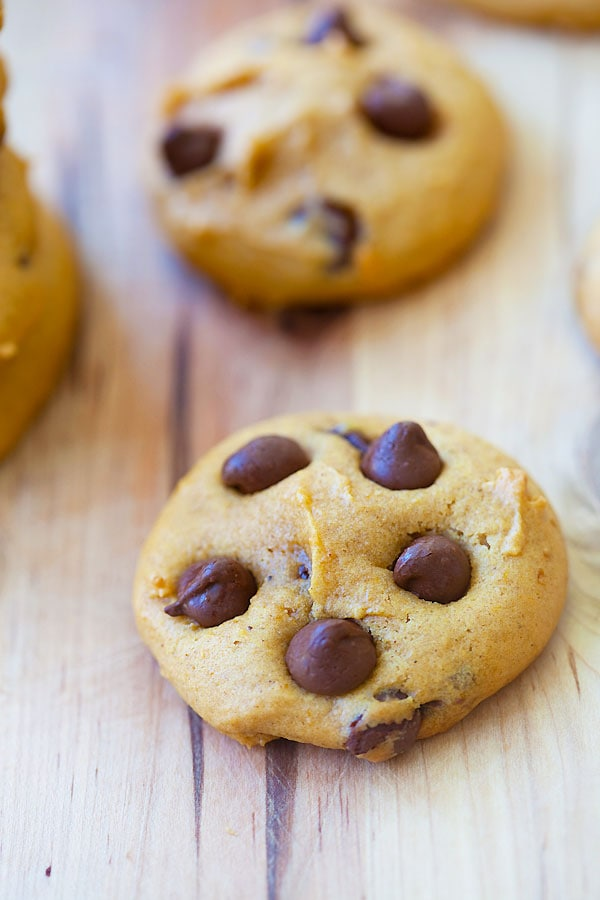 Easy and healthy homemade pumpkin and chocolate chips cookies.
