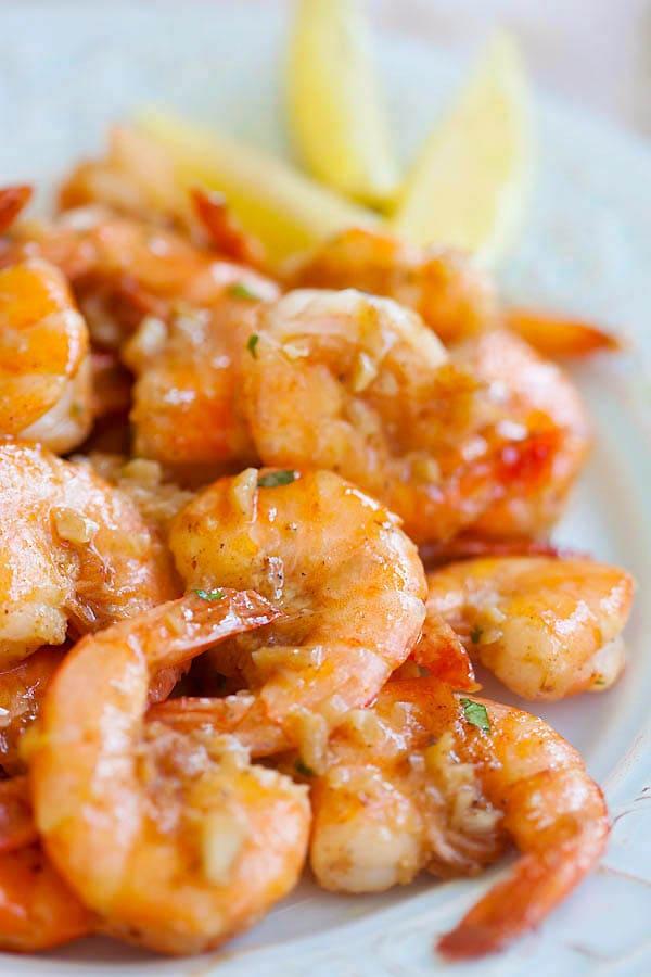 Hawaiian Shrimp Scampi - garlic butter sauteed shrimp with lemon juice and white wine. This Hawaiian shrimp scampi recipe is so good | rasamalaysia.com