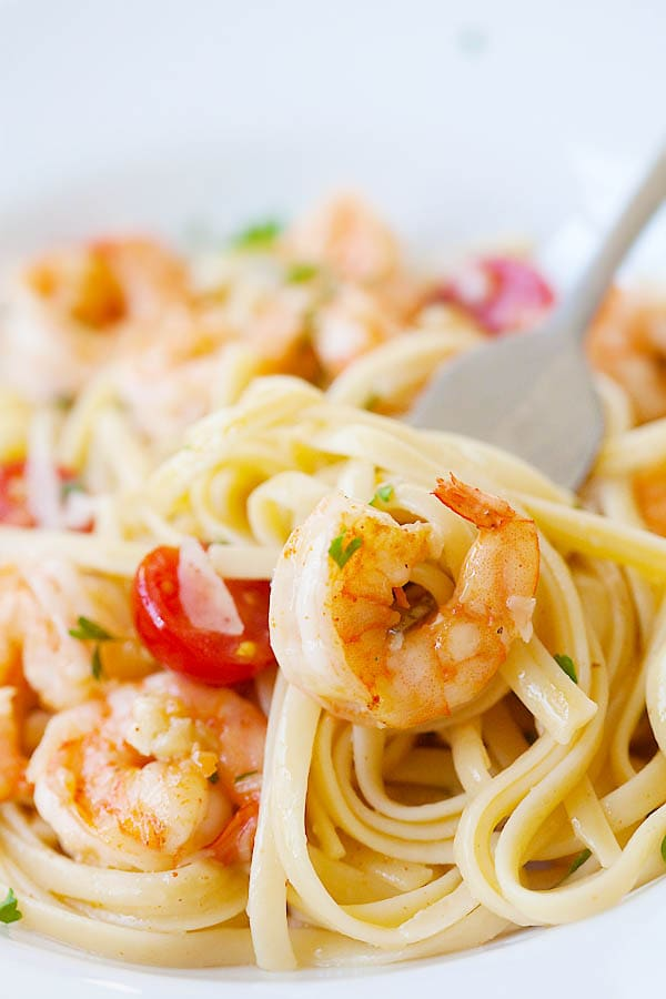 Shrimp Scampi pasta with linguine served with a fork.