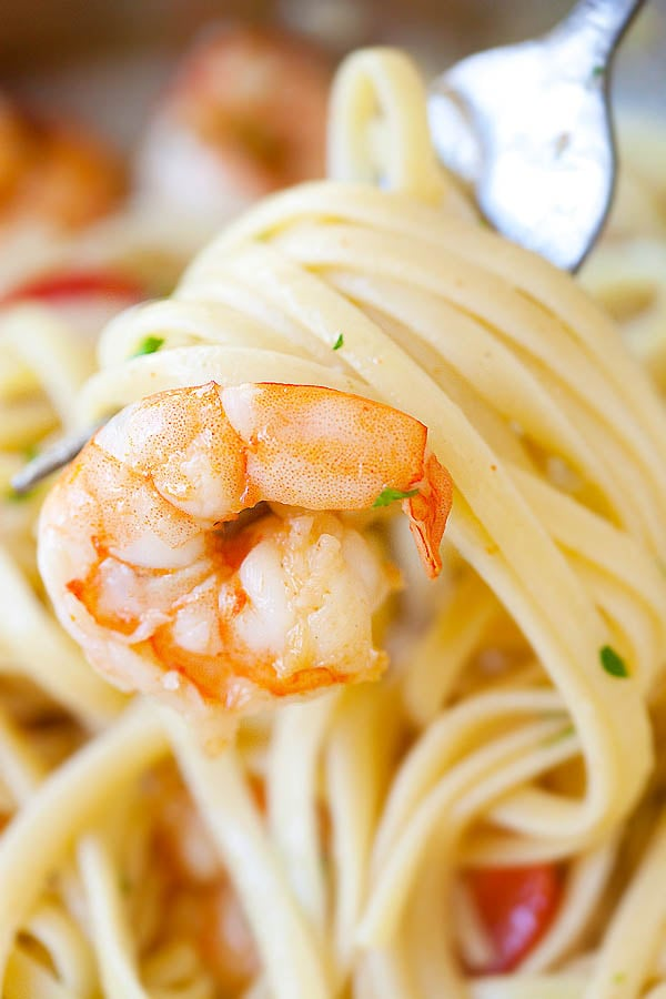 Shrimp scampi pasta with linguini wrapped around a fork.