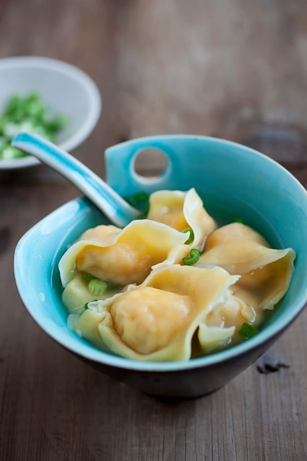 Wonton soup - learn how to make Chinese wonton soup with this SUPER easy recipe. Plump and juicy wontons that you can't stop eating | rasamalaysia.com