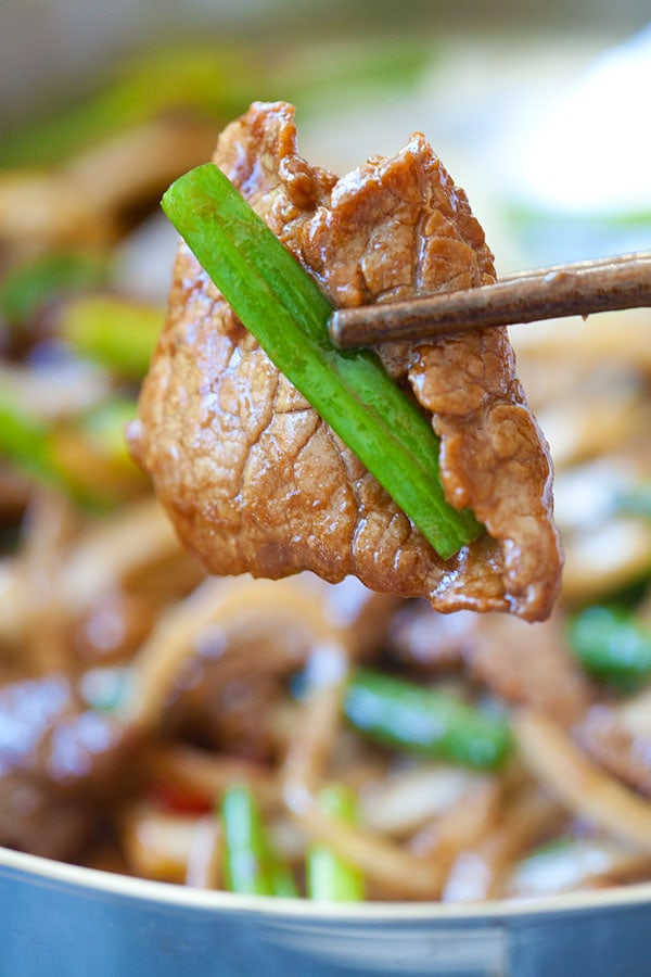 Onion scallion beef - tender juicy beef stir-fry with onions and scallions in Chinese brown sauce. Delicious and easy recipe that takes only 20 mins | rasamalaysia.com