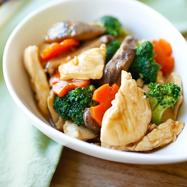 Hoisin chicken – easy chicken stir-fry with vegetables in a savory Hoisin sauce. This recipe takes 20 minutes with easy-to-get store ingredients   rasamalaysia.com