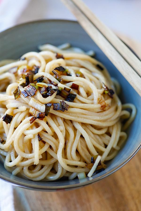 Scallion Oil Noodles - 3-ingredient noodles with aromatic scallion oil. So easy, delicious and takes only 15 mins | rasamalaysia.com
