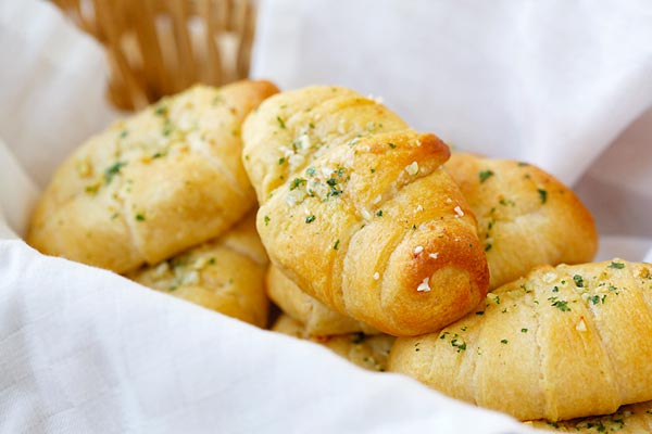 Garlic Butter Cheesy Crescent Rolls - amazing crescent rolls loaded with Mozzarella cheese and topped with garlic herb butter. Easy recipe that takes 20 mins!!