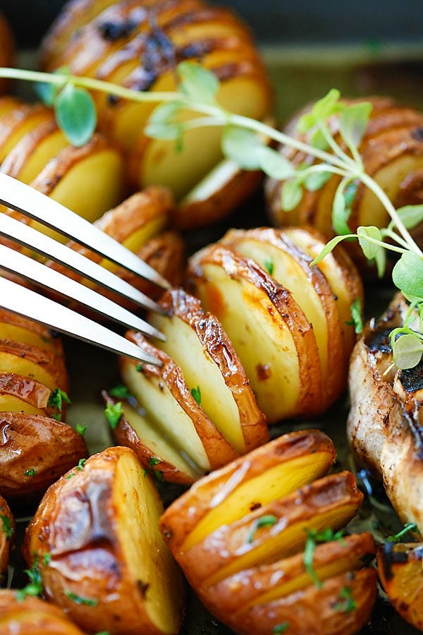Garlic Herb Roasted Potatoes - the easiest and delicious roasted potatoes with olive oil, butter, garlic, herb and lemon. No deep-frying easy recipe!! | rasamalaysia.com
