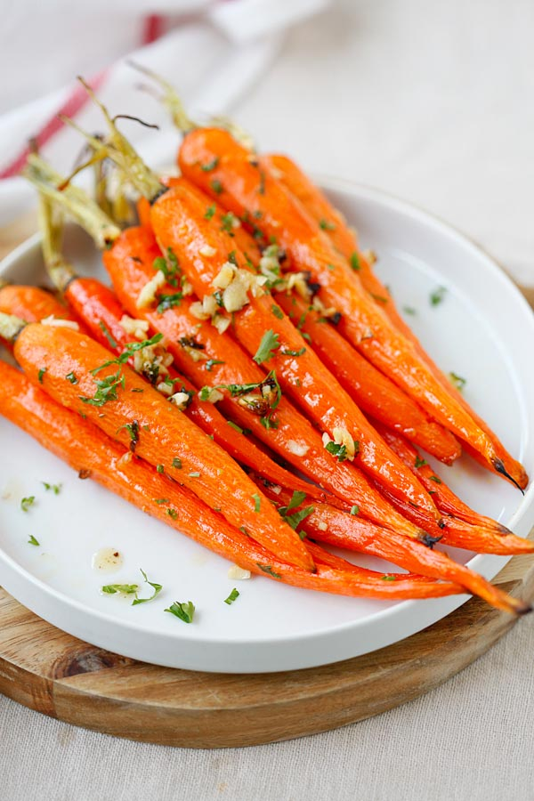 Easy homemade roasted carrots, with honey, butter and garlic ready to serve.