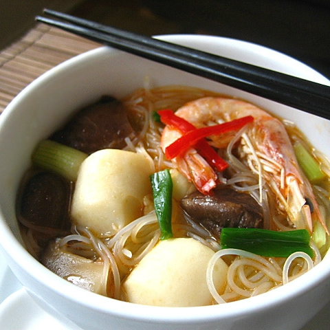 Beehoon Soup/Vermicelli Soup – A couple of head-on shrimps, a few dried shitake mushrooms, some fish balls plus the ultimate chili soy sauce | rasamalaysia.com
