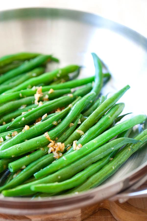 Green beans with garlic, ready to serve.