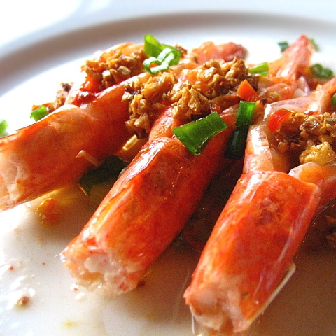 Here is my simple and healthy shrimp dish that is extremely simple to make. Just chop off the eyes part of the shrimp head, make a slit down the back, remove the vein, steam and then top them off with heaps of garlic oil. | rasamalaysia.com