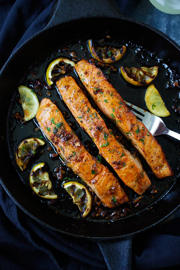 Easy salmon recipe made in skillet using salmon filets, honey, garlic and lemon slices.