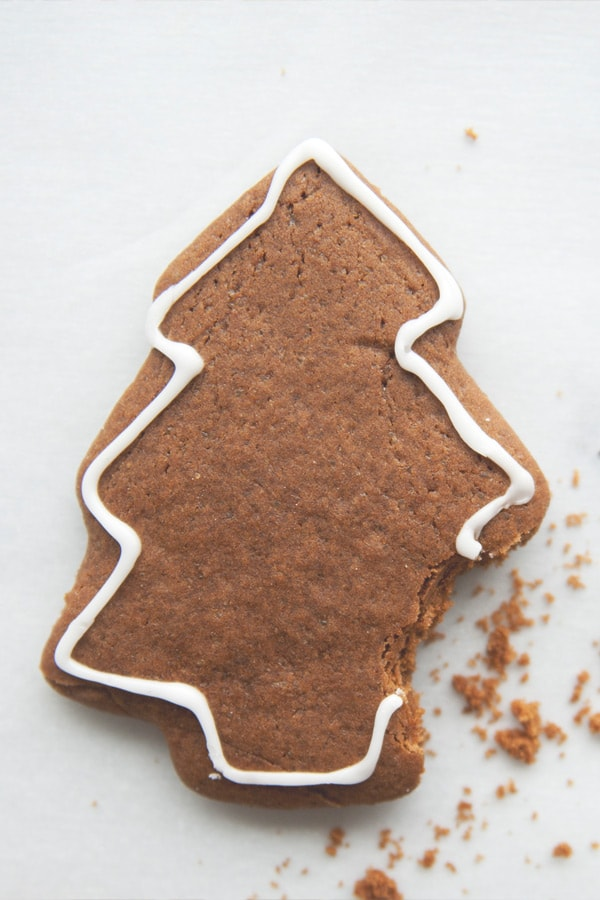 Gingerbread Cookies - the best gingerbread cookies recipe by The Kitchy Kitchen. Yields crispy, aromatic and festive holidays cookies | rasamalaysia.com