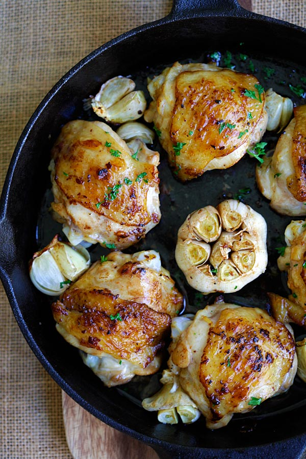 Garlic Chicken - crazy delicious chicken roasted with garlic. Juicy, moist, flavorful skillet chicken with simple ingredients. Dinner is done in 20 mins | rasamalaysia.com