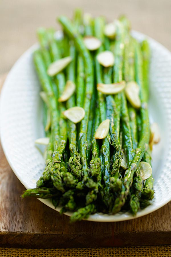 Garlic Roasted Asparagus - healthy oven-baked asparagus with garlic. Four ingredients and takes only 12 mins to make this quick and easy side dish | rasamalaysia.com