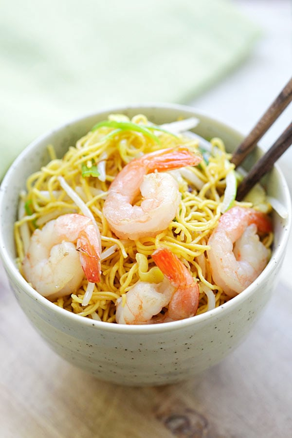 Shrimp Chow Mein - quick and easy stir fried Chinese noodles with shrimp and vegetables, with Chow Mein sauce. You can cook this recipe in one pot and it's better than takeout | rasamalaysia.com