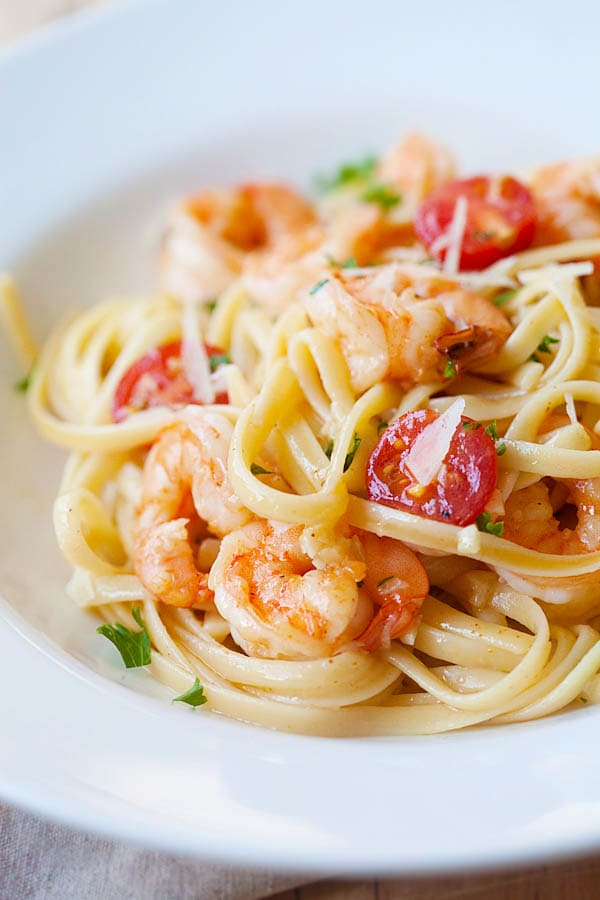 Garlicky buttery shrimp scampi linguine - quick & easy recipe that you can make in one pot for the family. Super yummy and you'll want it every day | rasamalaysia.com